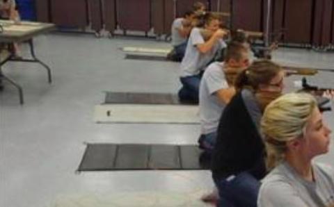JROTC-pafado praktikas ĉe Marjory Stoneman Douglas-mezlernejo