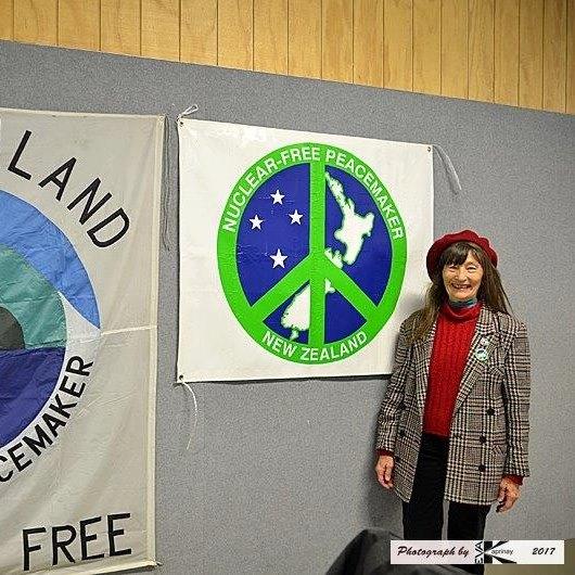 Laurie Ross reprezentanta Nukleajn Liberajn Pakaĵajn Kompanianojn NZ kaj World BEYOND War