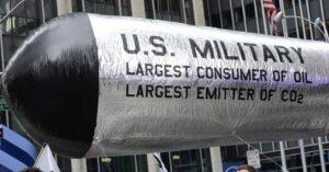 Demonstranten betonten die enormen und negativen Auswirkungen des US-Militärs während des 2014 People's Climate March in New York City. (Foto: Stephen Melkisethian / flickr / cc)