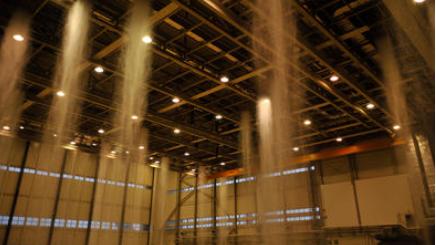 Giftschaum füllt den Hangar der Ramstein Air Base, Deutschland, während eines zweijährigen Brandbekämpfungssystems, Feb. 19, 2015