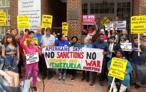 Fuera de la embajada de Venezuela en DC