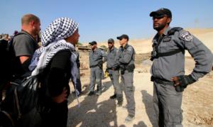 Aktivisten protestieren vor israelischen Kräften, die Bulldozer eskortierten, während sie neben der palästinensischen Gemeinde Khan al-Amar, der am 15. (Activestills / Ahmad Al-Bazz)