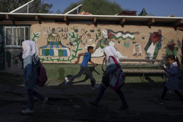 Palestinaj infanoj promenas en la lernejo-korto en Khan al-Amar en septembro 17, 2018. (Activestills / Oren Ziv)