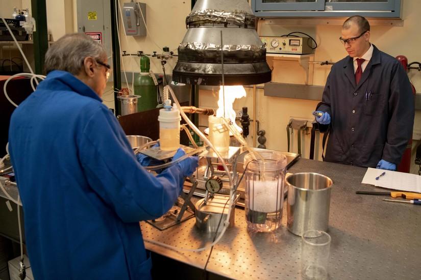 Chemiker im Naval Research Lab suchen nach einem sichereren Brandschutzschaum