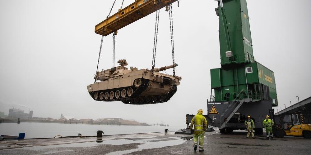Un tanque Abrams M1A2 del ejército de los EE. UU. Se eleva sobre el muelle en el puerto de Vlissingen, Países Bajos, para ser bajado a un barco de baja barcaza para su transporte a otras partes de Europa, 12 de octubre de 2019. Ejército de EE. UU. / Sargento. Kyle Larsen