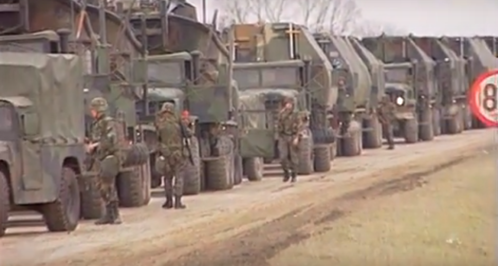 Des véhicules de l'armée américaine juste à l'extérieur de Zupanja, en Croatie, en janvier 1996. Les États-Unis ont dirigé la Force de stabilisation en Bosnie-Herzégovine (SFOR), une force multinationale de maintien de la paix dirigée par l'OTAN après la guerre de Bosnie.