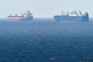 Una foto tomada el 9 de mayo de 2019 desde el puerto norteño de Le Havre, muestra al buque de carga saudí Bahri Yanbu (R) junto al petrolero británico Nordic Space (L) esperando en el puerto de Le Havre. - El presidente francés defendió las ventas de armas de su país a Arabia Saudita y los Emiratos Árabes Unidos el 9 de mayo de 2019