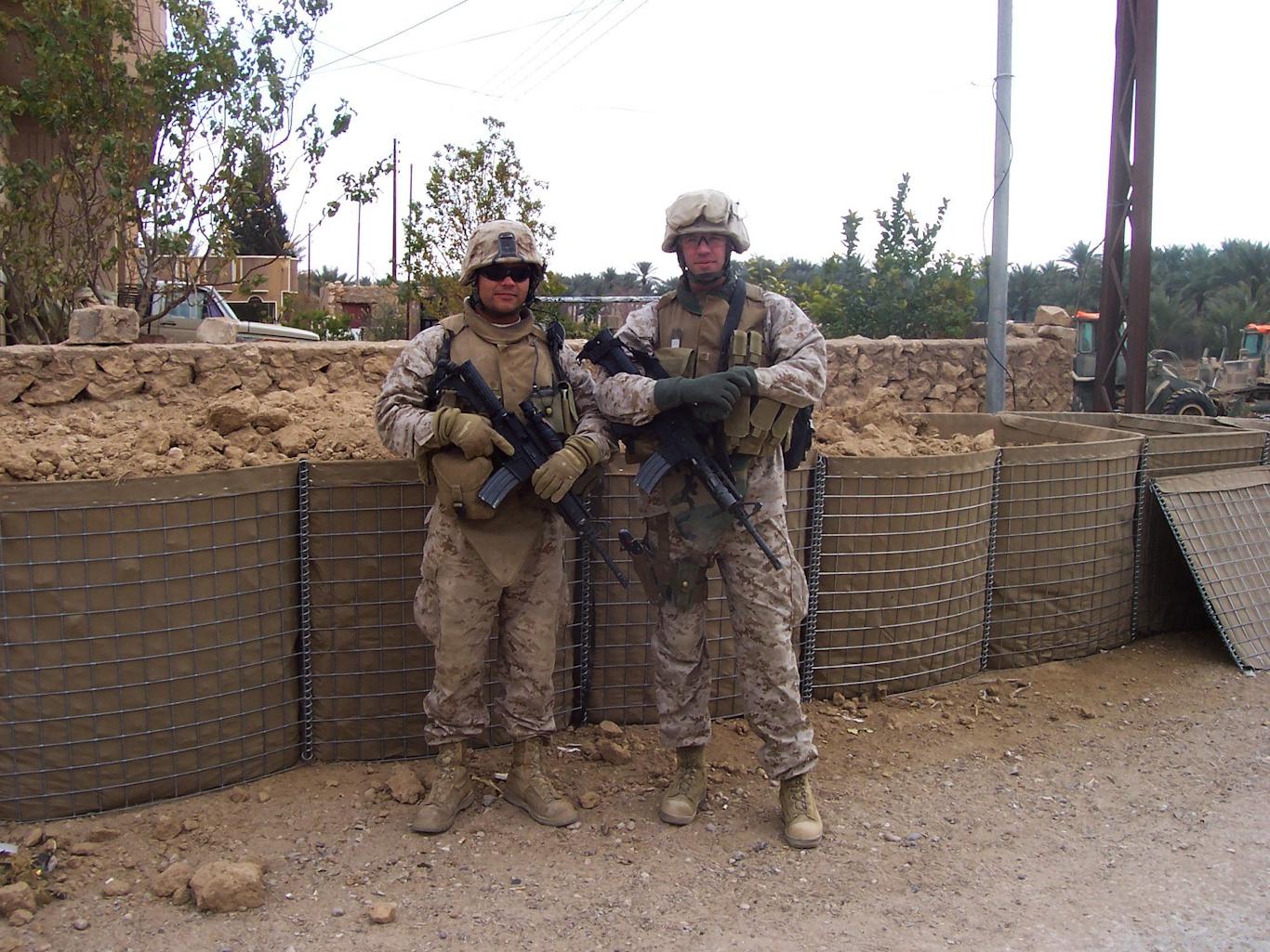 Una foto de Matthew Hoh, derecha, con un comandante de pelotón en Haditha, Iraq, diciembre de 2006. Foto | Matthew Hoh
