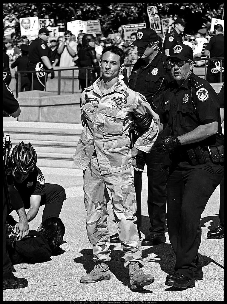 Iraka milita veterano Mike Prysner estas arestita ĉe kontraŭmilitista protesto en PK Sept 15, 2017. Foto | Danny Hammontree