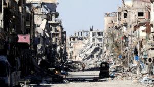 Un militante de las SDF se encuentra en medio de las ruinas de edificios cerca de la Plaza del Reloj en Raqqa, Siria, 18 de octubre de 2017. Erik De Castro | Reuters