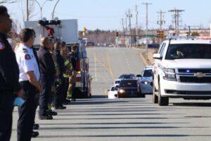 Polico, fajrobrigadistoj kaj krizpersonaro linio Garland Avenue en Burnside kiel la korpo de RCMP Const. Heidi Stevenson estas transportita dimanĉe vespere. - Eric Wynne