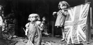 Dos niñas pequeñas ondeando sus banderas en los escombros de Battersea.
