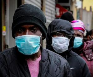 personas que usan máscaras faciales durante la pandemia de COVID-19