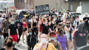 Protestantoj post la polica murdo de George Floyd