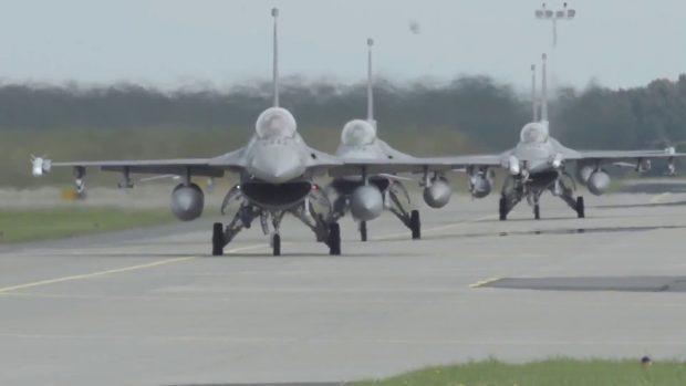 Aviones de guerra estadounidenses F-16 aterrizan en la base aérea de Krzesiny en Polonia