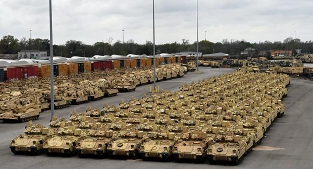 Los tanques estadounidenses y otros vehículos de combate se almacenan en una base militar de la OTAN en Polonia