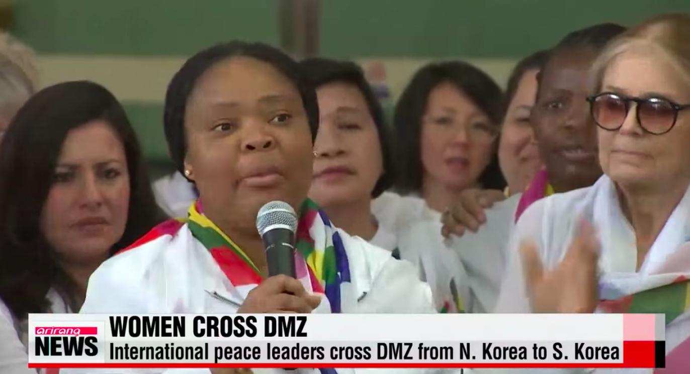 Mujeres cruzan DMZ en Corea