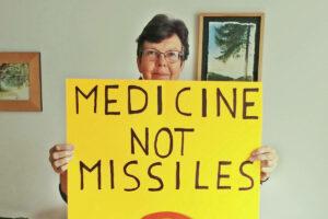 Marilyn Konstapel, loĝanta en Aldergrove, kunorganizas Langley-proteston kontraŭ la laŭplana akiro de la federacia registaro je 88 novaj batalantaj jetoj por ĉirkaŭ 19 milionoj da dolaroj. (Marilyn Konstapel / Speciala al la Stelo)