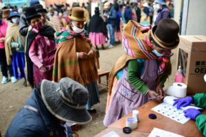 Bolivian woman votes in October 18 election