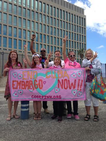 Cartel de protesta: Poner fin al embargo a Cuba ahora