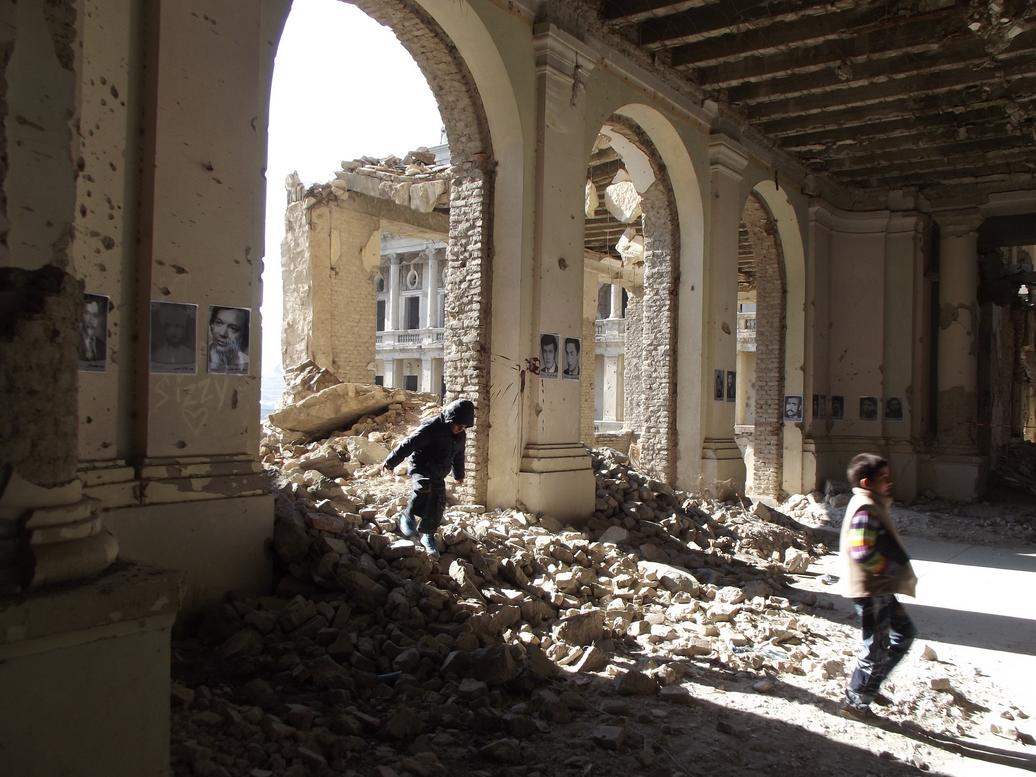 Fotoekspozicio, en la bombita rubo de la Kabulo Darul Aman-Palaco, markanta afganojn mortigitajn en milito kaj subpremo dum 4 jardekoj.