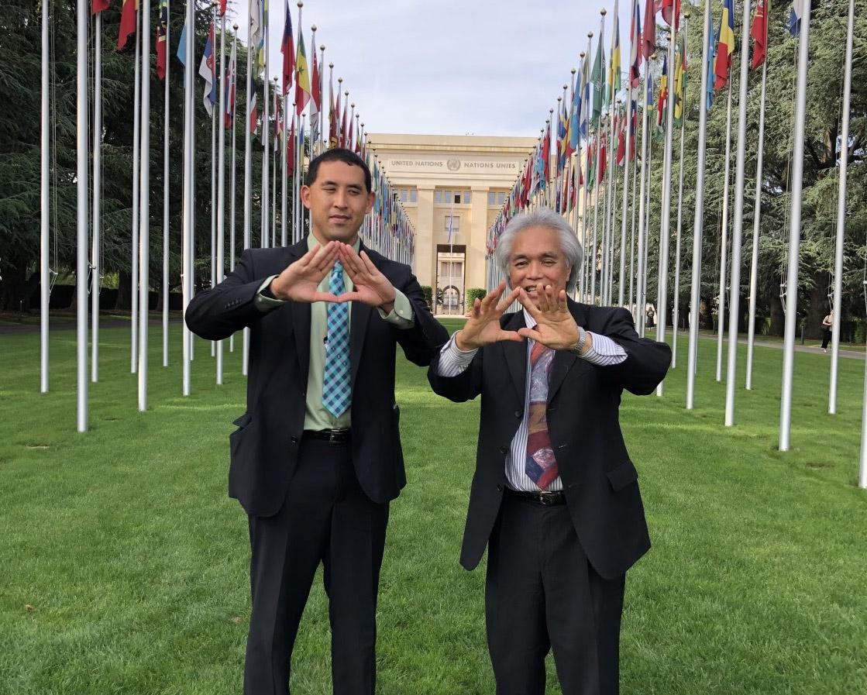 Robert Kajiwara y Leon Siu en la sede de las Naciones Unidas en Ginebra, Suiza.