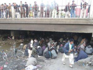 Los hombres se reúnen en el famoso fumadero de opio del Puente Rojo en Kabul.