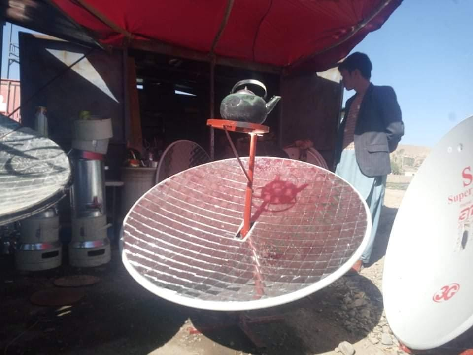 """Las antiguas antenas parabólicas se han convertido en """"ollas solares"""" para hervir agua y cocinar comidas básicas. Los trabajadores de la caridad han financiado recientemente que se distribuyan entre las familias de los niños de la calle."""
