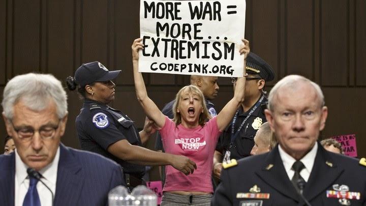 Medea Benjamin de Code Pink interrumpiendo una audiencia